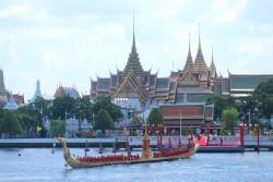 Процессия королевских барж на реке Чао Прайя в Бангкоке